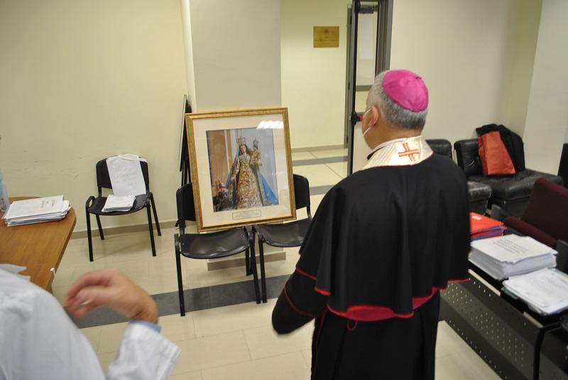 L'arcivescovo di Sassari visita i pazienti di Malattie infettive