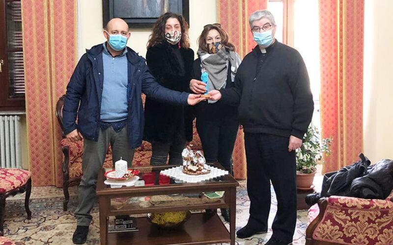Donata al Vescovo di Ozieri la statuina dell'infermiera anti Covid
