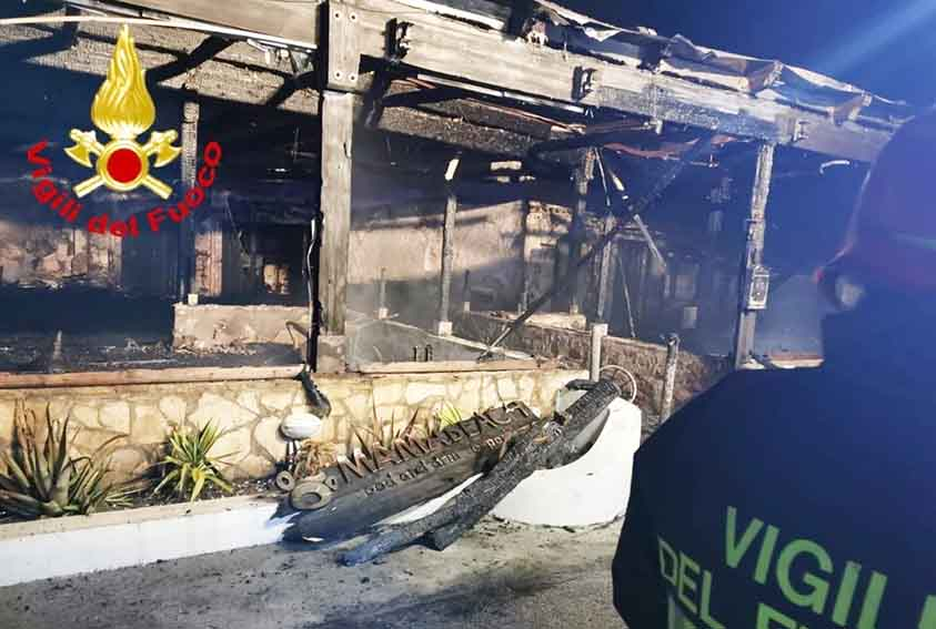 Distrutto dalle fiamme un locale sulla spiaggia di Pittulongu