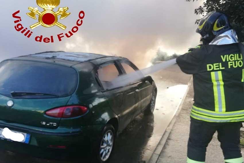 Auto in fiamme in via Galvani a Olbia
